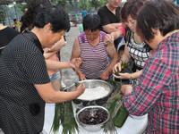 美林河畔 包粽子比赛
