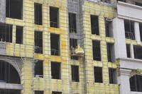 江泉大厦 工人正在进行外立面结尾工作。2014-06-05