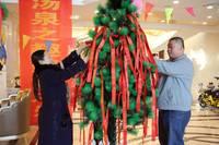 朝阳国际温泉城 御泉美墅 12月13日邀您享天赐汤泉之趣来宾将许愿条挂于许愿树上