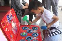 卓昱西苑 小朋友在玩打地鼠游戏