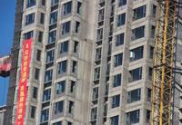 荣盛·江南锦苑 工人师傅正在安装窗户框架