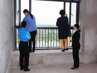 美的城·誉峰 业主正在验收窗户