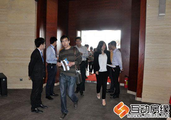 在工作人员的引导下,嘉宾走上红毯并在展板上签字留念.