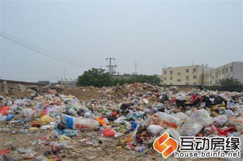 保定长城学院垃圾添堵 邻居 被熏得不敢开窗户高清图片