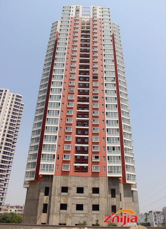 兴盛苑新式住宅热销中 现最快楼栋正在安装玻璃框架