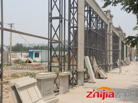 唐隆森茂国际工地已经平整完毕 项目围挡正在建设中