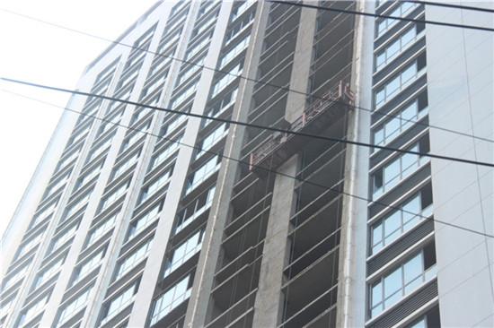 文新大厦正在安装窗户和内部装潢工程