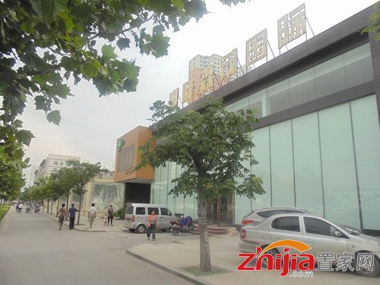 国际售楼部正在装修 项目围挡已建成