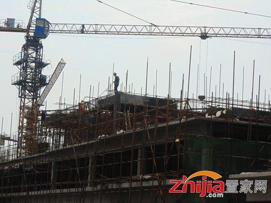 工人正在指挥塔吊(2014-07-24)