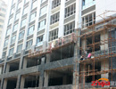 文新大厦主体完工 平整地面进行中