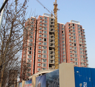 金安公寓住宅窗户即将安装完毕 小高层即将竣工