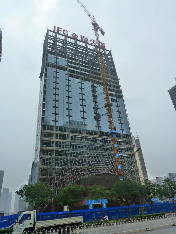 IFC国际金融大厦楼体北侧玻璃外墙现已施工到19层