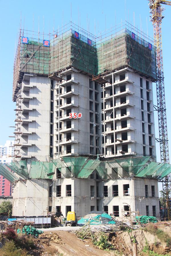 兴盛苑二期火热施工 一期楼体正在安装窗户