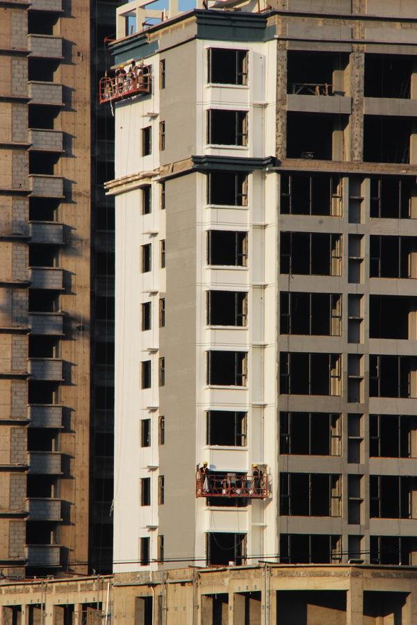 华浩活力城正在火热施工中 正在进行外立面装潢作业