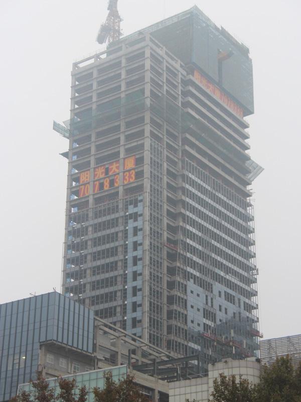 阳光大厦火热施工中 正在进行外立面装潢作业