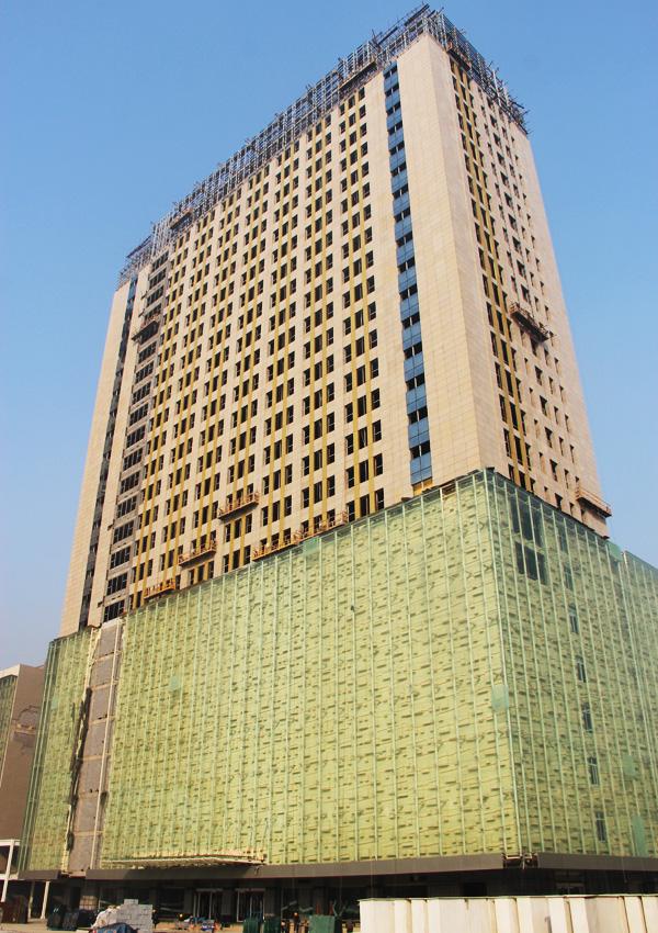 中道大厦二期火热施工 外立面装潢作业已经完成