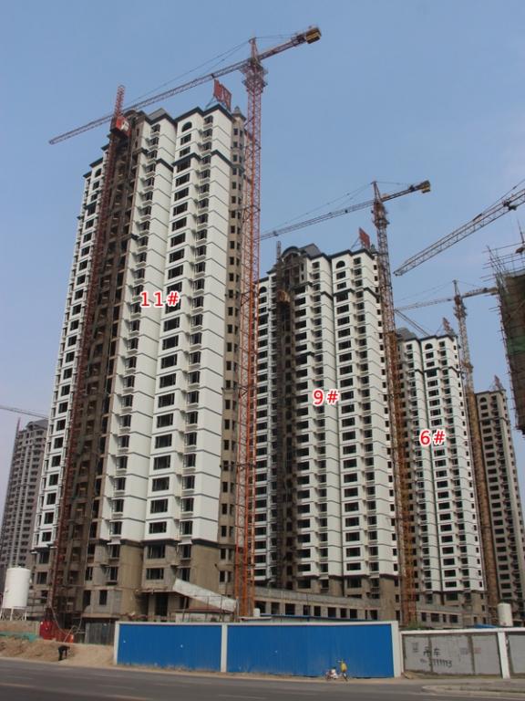 枫景华庭施工火热 楼体正在进行外立面装潢作业