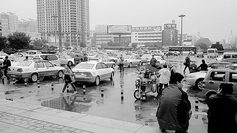 衡水火车站广场停车场有点乱 亟待规范