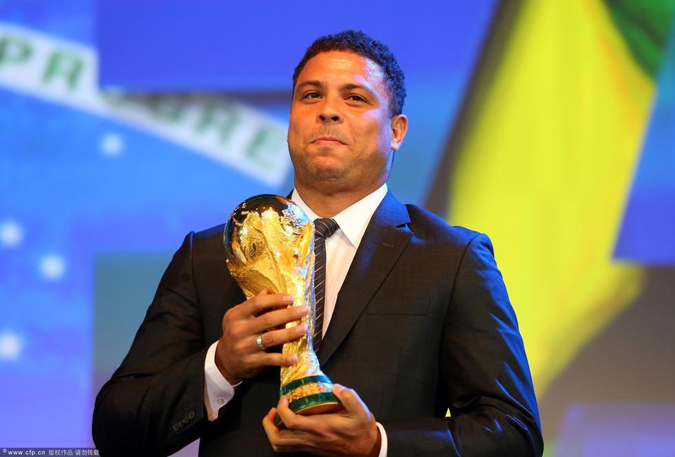 国际足联大会 罗纳尔多携大力神杯亮相