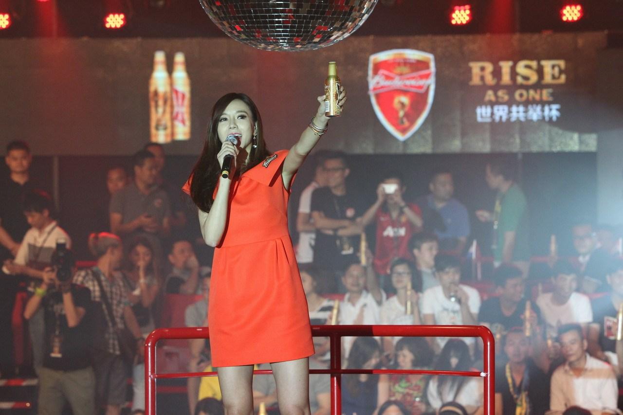 周韦彤现场跳桑巴舞 与32国球迷共庆世界杯