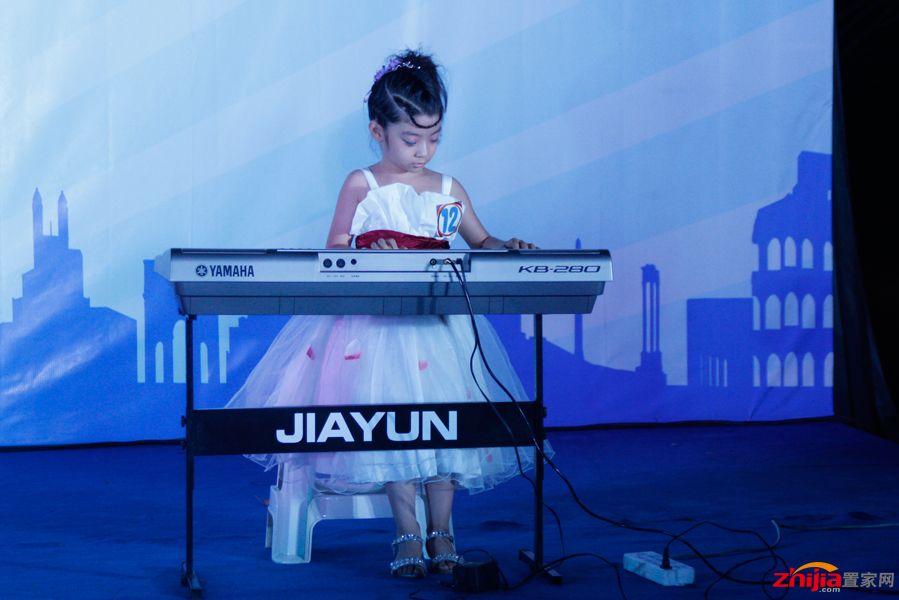 演奏电子琴