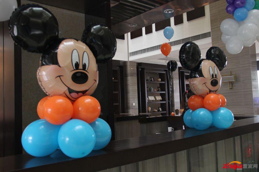 米老鼠现身,为小朋友们免费赠送由气球编制的可爱小