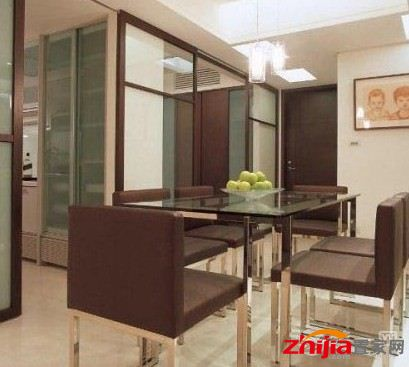 餐厅吊顶装修效果图大全:方形的造型天花板与下面的方桌有承上启下