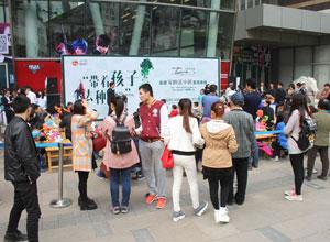 4月19日,600位小菜农占领勒泰中心