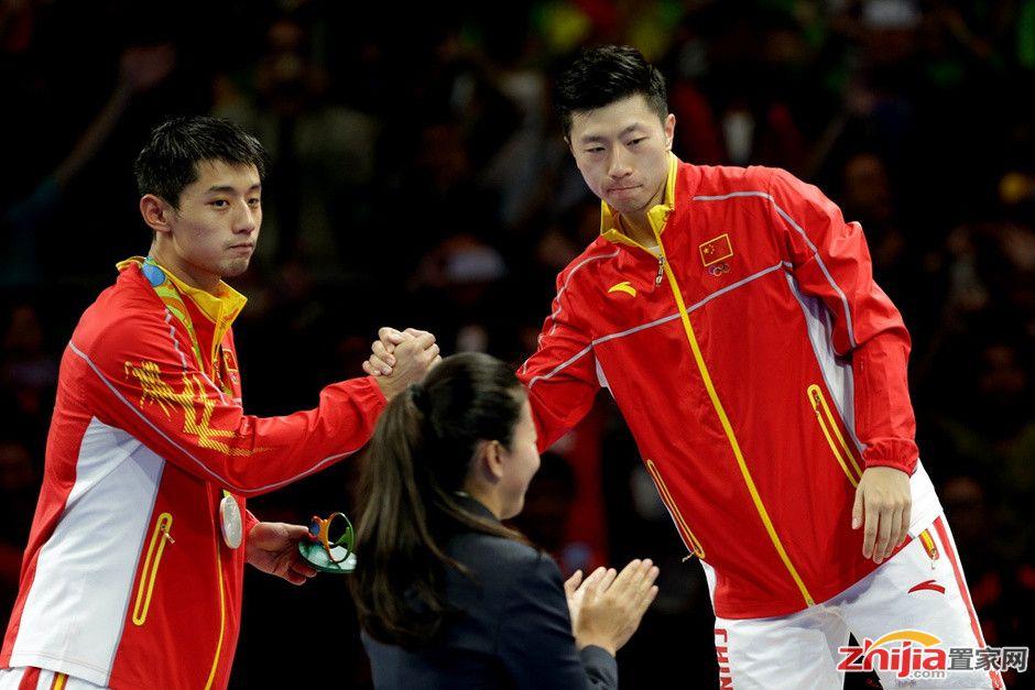马龙淡定成满贯 与张继科共同展示奖牌