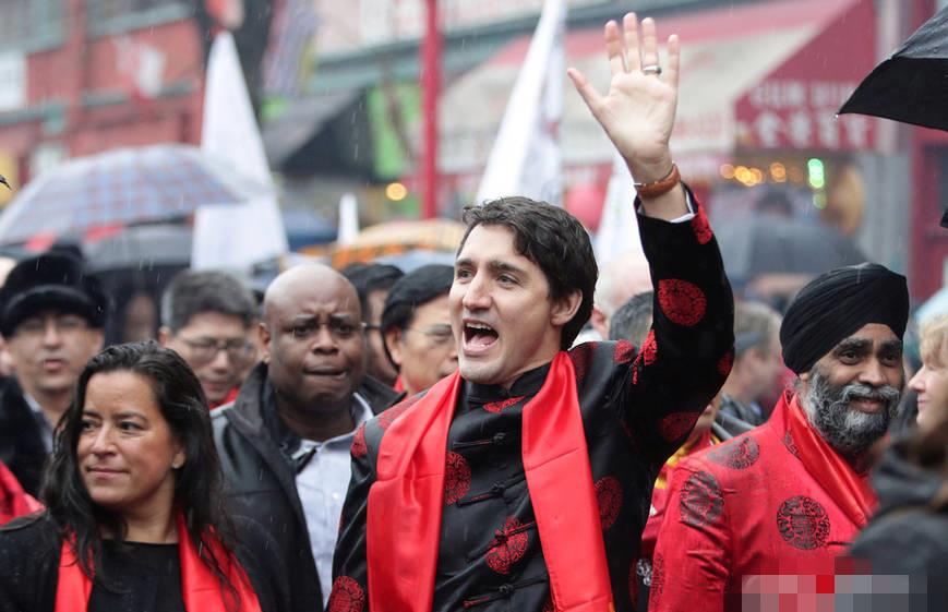 加拿大总理特鲁多着唐装参加春节游行,还挺帅!