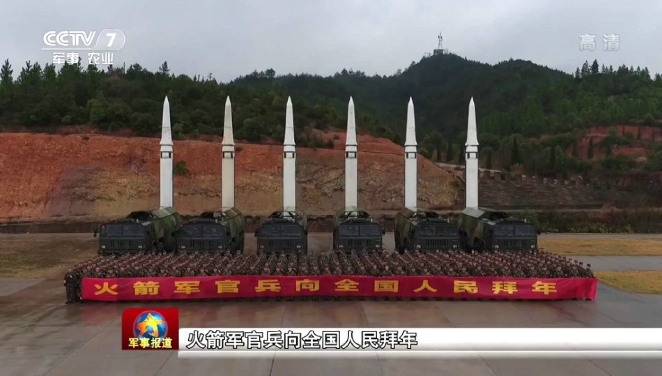中国火箭军拜年霸气十足:竖起6枚东风15做背景