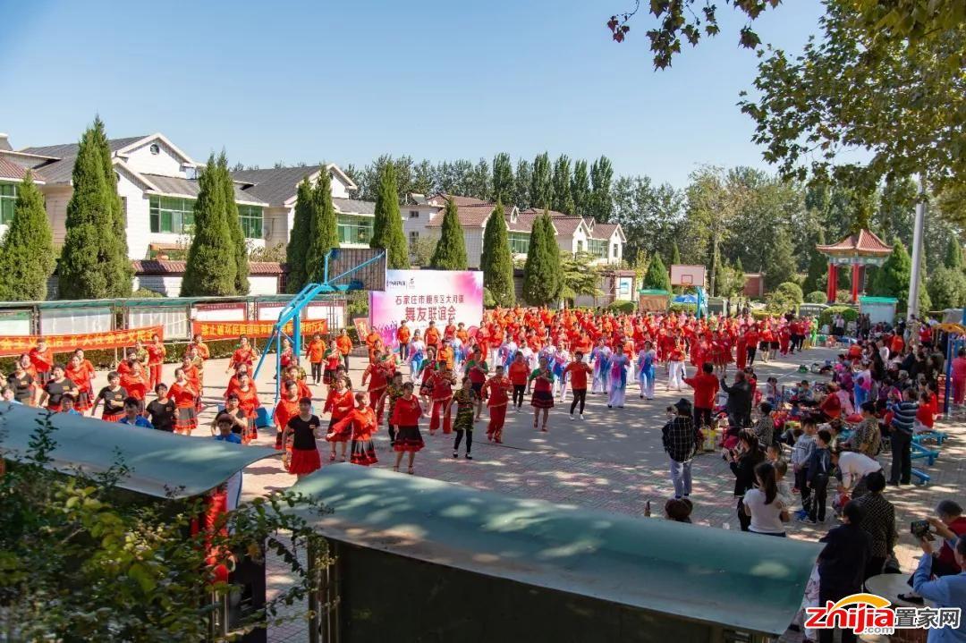 厚德中央锦城举办舞友联谊会庆祝建国69周年